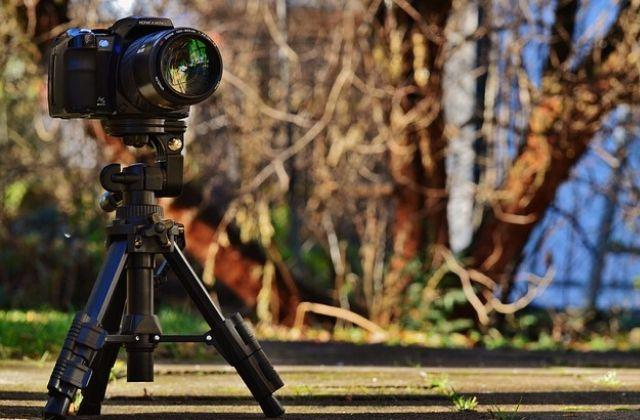 Cámara de fotos sobre trípode con luz natural