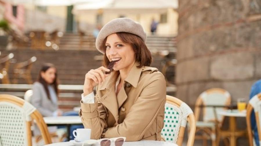 Michelle Jenner protagoniza la campaña Chocolatólogos de Chocolates Valor